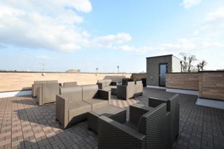 屋上にはイス、テーブルが設置してありますので自由にランチをお楽しみ頂けます。また洗濯物干しが設置して