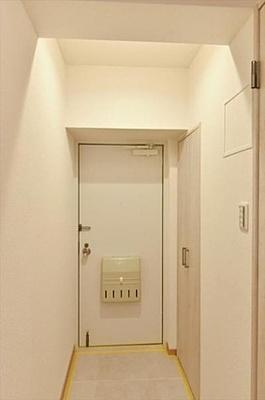 白を基調とした爽やかな玄関が訪れる人をお出迎え。