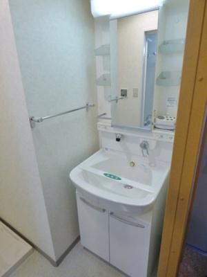 シャワー付きの洗面台なので朝シャンもできます!※掲載画像は同タイプの室内画像のためイメージとしてご参照ください。