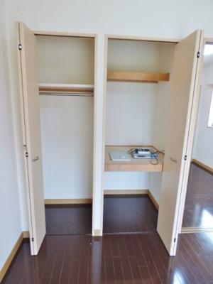 パイプハンガータイプと棚の収納でたっぷり収納が可能です! ※掲載画像は同タイプの室内画像のためイメージとしてご参照ください。