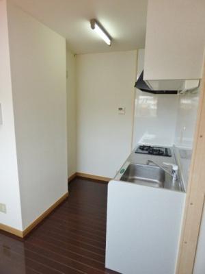 キッチン後ろには食器棚や冷蔵庫が置けます。※掲載画像は同タイプの室内画像のためイメージとしてご参照ください。