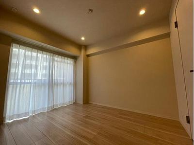 バルコニーに面した洋室は明るく開放的な空間です。