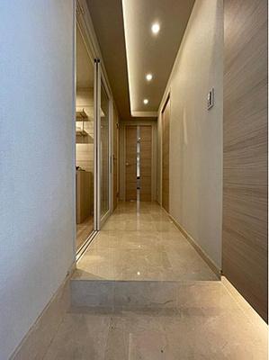 玄関廊下大理石貼りで高級感漂うお住まいです。