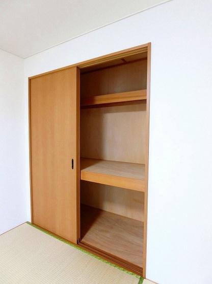 廊下にある収納スペースです!高さがある収納スペースでかさ張るお荷物もすっきり!