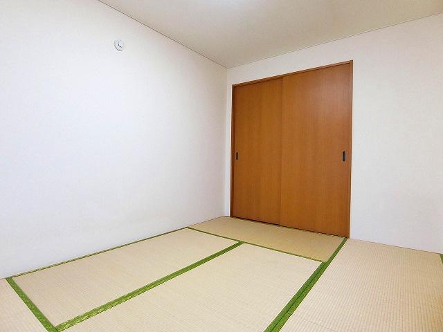 押入れのある南向き和室6帖のお部屋です!寝具をすっきり収納できるので和室は寝室にもオススメ☆