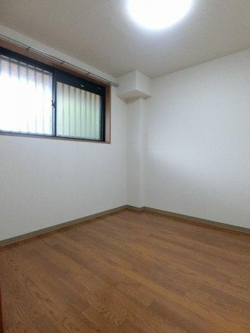 玄関側にある洋室4.7帖のお部屋です♪子供部屋や書斎・寝室など多用途に使えそうなお部屋です♪