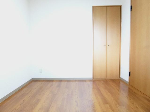 クローゼットのある洋室4.7帖のお部屋です!お洋服の多い方もお部屋が片付いて快適に過ごせますね♪