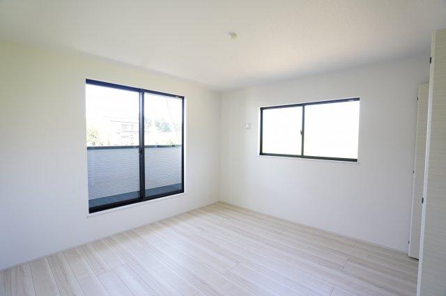 2階8.25帖 バルコニーがあり大きな掃出し窓で明るいお部屋です。