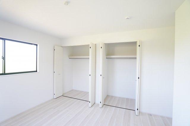2階8.25帖 使い勝手のよいクローゼットです。収納ケースを利用して上手に片づけたいですね。