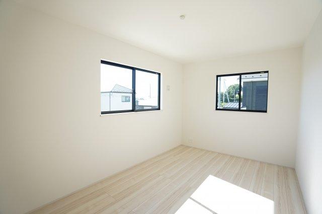 2階7.5帖 2面窓からの差込む光で昼間も明るいです。