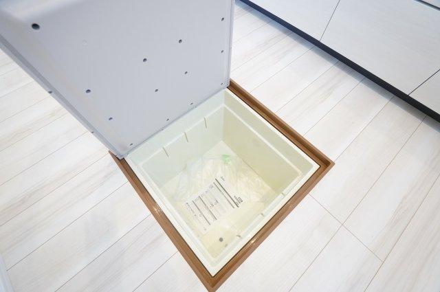 床下収納です。ストック品、キッチン家電等収納するのに便利です。