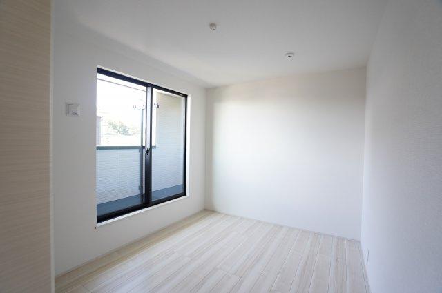 2階6.03帖 バルコニーがあり大きな掃出し窓で明るいお部屋です。