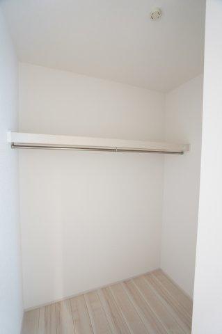 1階ファミリークロークです。普段使いの衣類やバッグ等収納するのに便利です。毎日のお支度もスムーズです。