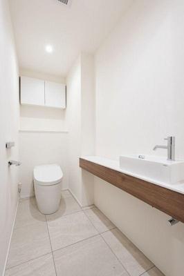 奥行きの広さを感じるトイレ。便利な収納棚。