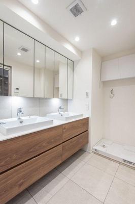 洗面スペースが2か所。忙しい朝のお仕度に嬉しいポイントです。
