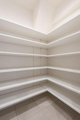シューズインクローゼット。収納場所が豊富なので靴以外の小物も収納できそうですね。