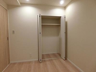 棚とパイプハンガー付きのクローゼットはコートなどの収納に便利ですね。