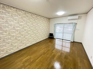 広々とした洋室はベッドを置いても余裕があります