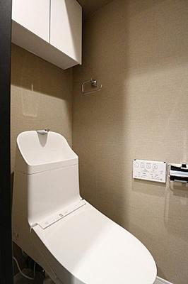 トイレ上部には戸棚があり、ペーパーなどもしまえます。