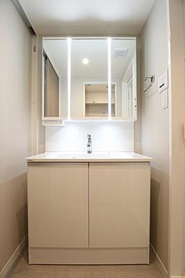 新しく綺麗な洗面台です。大きな鏡は朝のお仕度に便利です。
