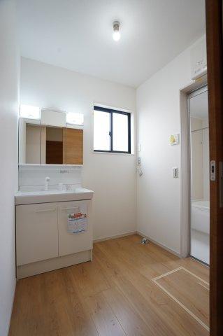 窓も大きく明るい洗面所です。換気もできるので清潔に保てます。