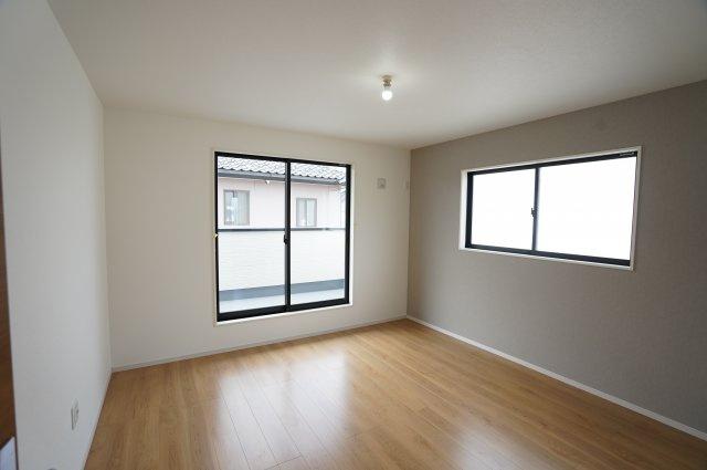 2階8帖 南向きの明るいお部屋です。