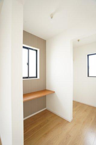 2階8帖 スタディカウンターとWIC 窓もあるの換気ができます。