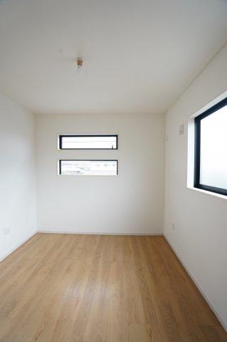 2階5.4帖 窓もアクセントになってかわいいお部屋です。