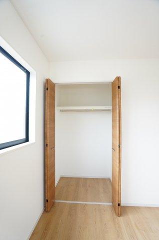 2階5.4帖 使い勝手が良くて快適なクローゼット。収納ケースを利用して収納アレンジができて便利です。
