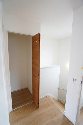 2階廊下 季節物の家電や買い置きした日用品等収納するのに便利です。