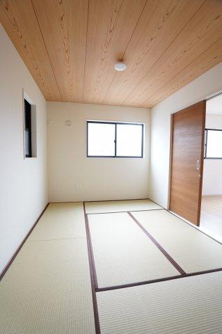 【同仕様施工例】玄関から直接出入りできる和室です。急な来客に対応できます。