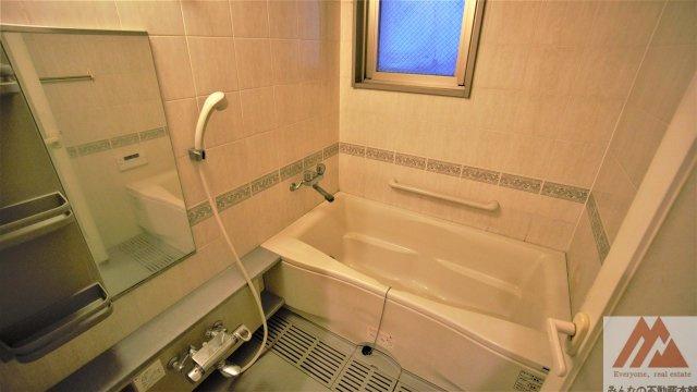 窓付き浴室で換気ができます。