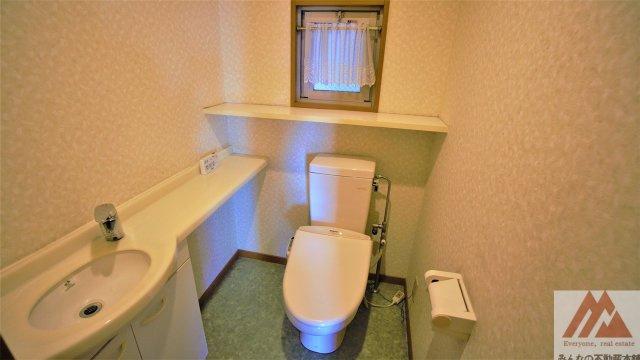 窓付きトイレで換気ができます。