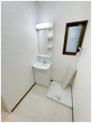 清潔感のある色合いのプライベート空間は、身だしなみチェックや肌のお手入れに最適です。