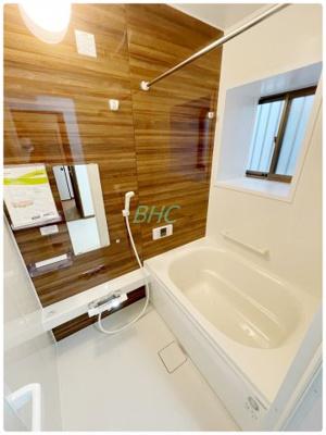 一日の疲れを癒すバスルームは、心地よいリラックスを叶える清潔感溢れる美しい空間です。上質が感じられるカラーリングで、清潔な空間美を実現しています。