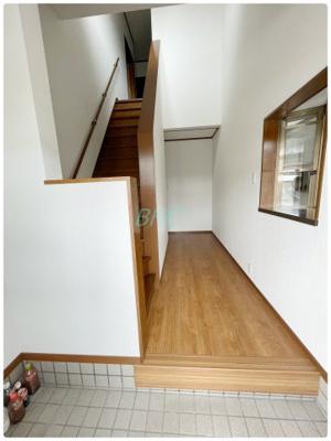 明るく広々とした玄関は、開放感があり温かみを感じさせてくれます。