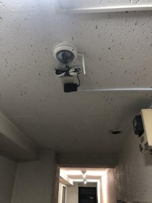 廊下に防犯カメラがついています