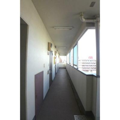 玄関外の廊下には屋根があるので雨も安心