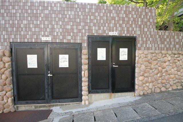 クローゼットは洋服をかけたり、棚板に物を置いたりとお部屋をスッキリと片づけてくれます