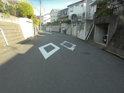 ≪前面道路≫幅員が7mあるので車の入出庫がし易いです。