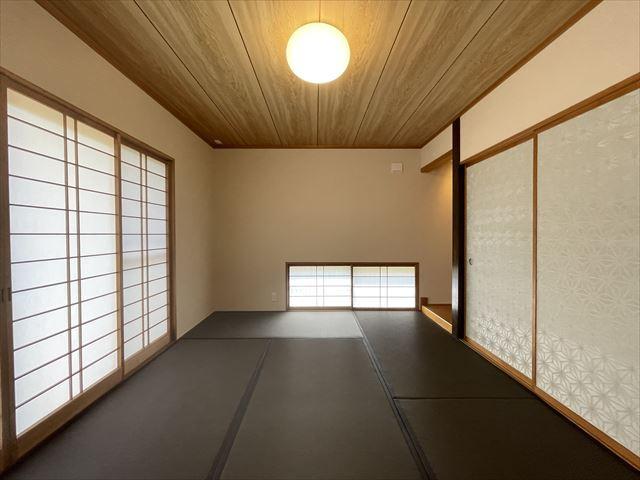 玄関戸を入れ替えました。玄関床、壁がおしゃれに仕上がっていきます。