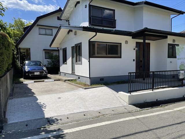 床工事の模様です、断熱材を新たに敷き込み、気密シートを張って、構造用合板を張っていきます。この上から仕上げ材のフローリングを張っていきます。
