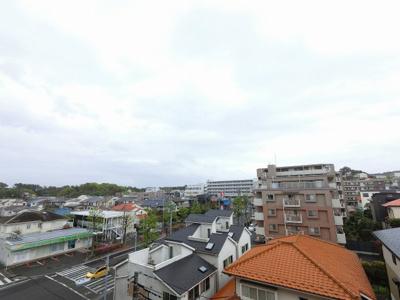 6階部分からの眺望です。 前面に遮る建物がなく開放感がございます。