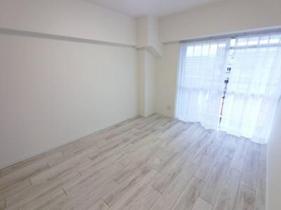 6.0帖の洋室は主寝室にいかがでしょうか。 窓が大きく気持ち良く過ごせます♪