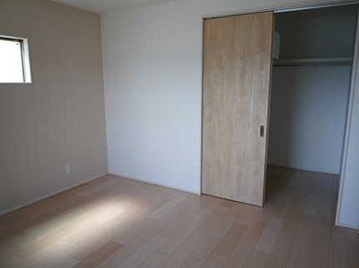 収納もしっかりある洋室です