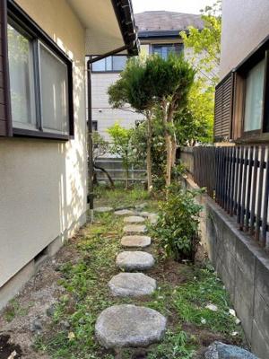 ≪建物側面≫玄関ポーチ~お庭側への通路