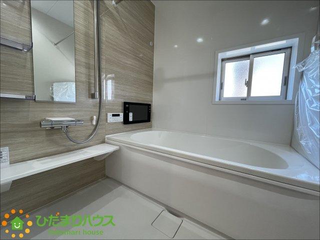 アクセントクロスがオシャレな浴室♪便利な浴室乾燥機付きです♪