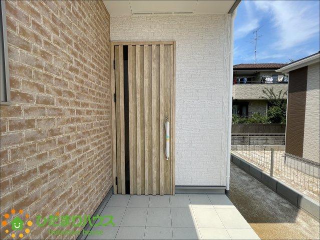 玄関ドアはオシャレな木のデザイン♪お家に帰るのが楽しみになりますね♪