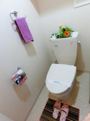 人気のバストイレ別です♪トイレが独立していると使いやすいですよね☆小物を置ける便利な棚やタオルハンガーも付いています♪