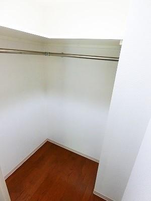 洋室7.5帖のお部屋にあるウォークインクローゼットです♪たっぷり収納できてお洋服や荷物が多くてもお部屋すっきり☆